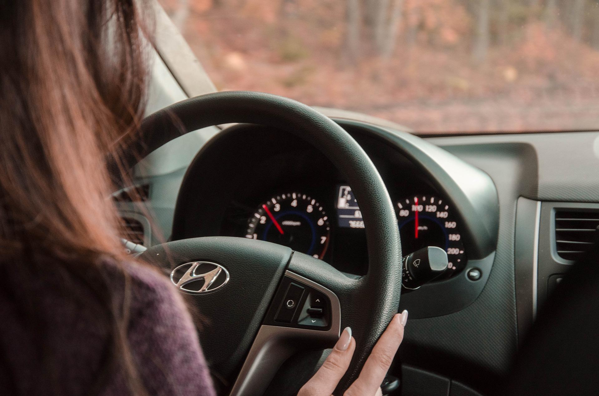 Vrouw achter stuur
